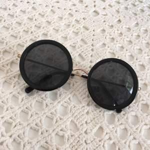 Solglasögon från 80s Purple. Knappt använda. Om man inte kan mötas upp i Kalmar, tillkommer frakt (diskuteras vid köp) 💗