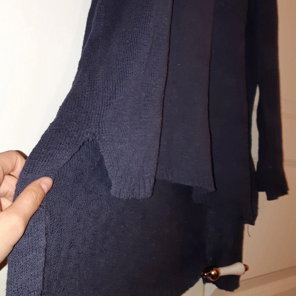 Oversize tunn stickad tröja från Monki! Den är mörkblå. Tröjor & Koftor.