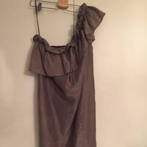 Söt klänning från Zara i strl L. Sparsamt använd.  Material: 42% linne, 40% bomull, 18% polyamid.  Maila vid frågor. Köparen betalar frakten.