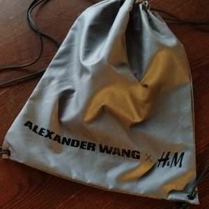 Ljusgrå gympapåse från H&M x Alexander Wang. I nyskick. Frakt 26kr.