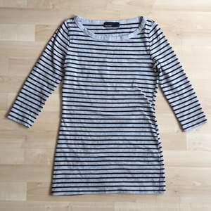 grå lång tröja med svart ränder, sitter tajt! trekvartsärmad