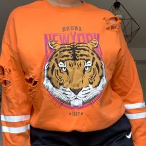 Orange tröja med ett lejon på. Storlek M men passar större och mindre beroende på gur du vill att den ska sitta. Pris 100kr + frakt🌶