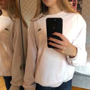 Superfin ljusrosa sweatshirt från lacoste