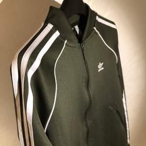Olivgrön Adidas Originals kofta i dammodell strl S/36, 10/10 skick!