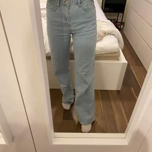 Ljusblå jeans från Madlady som knappt är använda i storlek 36.