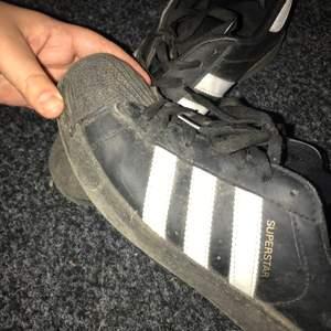 Svarta skor från adidas superstar. Kan tvättas innan frakt!