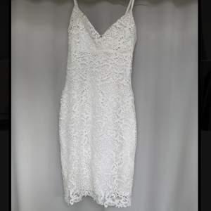 Jättefin klänning som passar perfekt för exempelvis en student eller konfirmation!🎊 Tycker om den så mycket men den har tyvärr blivit för liten för mig💛 :(   Bra skick förutom några små missfärgningar som syns på bild 3