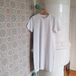 Fin t-shirt klänning från H&Ms märke Arket! Funkar för det mesta, att ha korset elr skärp med eller som den är :). Sitter inte tajt på, lite oversize.Är storlek s, men funkar absolut för nån med xs också.  Säljer pga att jag aldrig använder den! GALET bra kvalité och nästan nyskick, nypris över 500 kr.