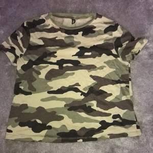 T Shirt från HM divided i storlek S. Har används få gånger. Säljer för att det inte riktigt är min stil och den kommer aldrig till användning.