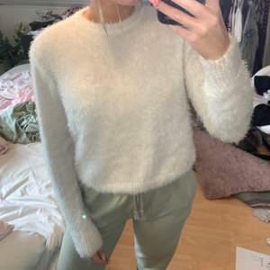 En fluffig tröja i storlek XS.