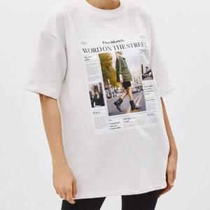 En jättesnygg och cool t-shirt från Bershka. Den är lite tjockare i materialet än en vanlig tröja och är oversized. Är nästan som en klänning men man kan lätt vika upp den😊 Sparsamt använd 150kr + frakt