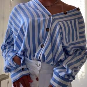 Najs skjorta från Hollister! Köptes för 400 och knappt använd. Enkel att styla. Storleken är xs men passar mig som är medium. Ljusar upp nu i hösttider! Säljer pga har för många skjortor✨