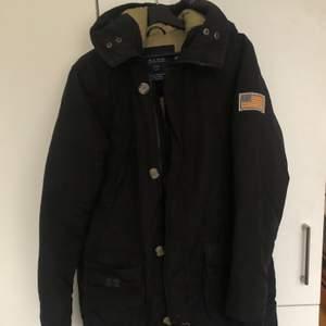En varm och bekväm vinterjacka i storlek M, svart