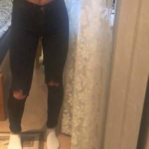 Svarta skinny jeans från h&m som inte har någon slags användning längre💕Klippte hålen