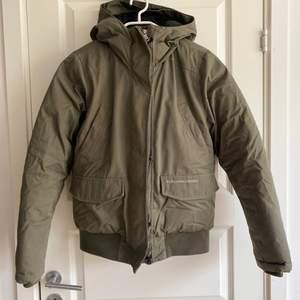 Peak Performance jacka i dun, khaki/grön, strl S
