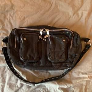 NuNoo väska washed i mörkblått. Köpt från Nelly nypris 1399kr säljer för 700kr.