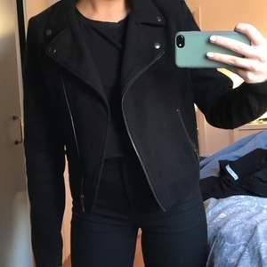 En svart skit snygg bikerjacket i filt material. Str 36 men skulle säga att det är en 34 då den är lite tajtare i armarna.  Köparen står för frakten själv!