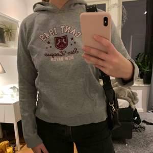 Grå Gant hoodie, liten i storleken men funkar för S också