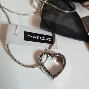 Halsband med hjärta. Nyskick med prislapp.