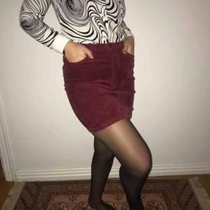 En fin manchester-kjol från Monki som inte längre kommer till användning men i fint skick🌞💜💜🤠🥳 Frakten: 90kr