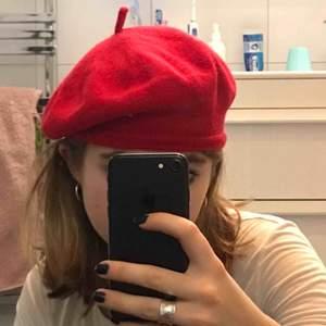 Röd basker, klassik och nånting alla skulle har. Perfekt med allt och i bra skick.