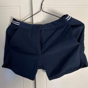 Marinblå shorts från Gant som användes flitigt under 2 veckors sommarjobb sommaren 2018. Har nu legat och skräpat i garderoben, så dags att hitta en ny ägare! Strl. 34, passade mig som är en S men satt då ganska tight. Säljer för 150 kr, frakt tillkommer!