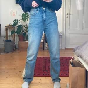 Säljer mina älskade jeans från Monki! Superbekväma och bra passform. Stl. 27 och passar mig som är 164 såhär. Har tyvärr fått lite träbets på sidan (träslöjden🙄🙄) som syns på sista bilden, men inget som stör enligt mig. Skriv om ni har några frågor eller funderingar!!