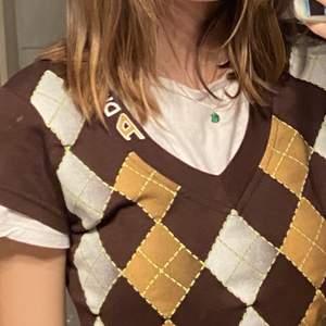 Västliknande tröja med rutigt mönster. Tshirten på första bilden hänger inte med tröjan :) jätte fint skick. buda!! Startbud: 89kr+22kr frakt