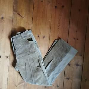 Ett par Lisa Vanilli jeans (italienskt märke) i halvt manchester(framtill) samt något cropped leg. Snygg passform och något utsvängda/bootcut nertill. Midjan är midwaist. Färgen är canvas. Några gråa färgfläckar (en på rumpan och en nertill på benet) men något jag anser är rätt snyggt då de är vintage 🤗 storleken upplever jag som något mindre (jag är 26-27 och dessa är strl 28). Bilderna är ej bra tagna men vill bara få ut mina plagg, om du köper plagget tvättar jag det självklart innan! Byxorna har stretcha i sig.