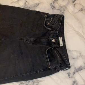 Ett par svarta washed/gråa jeans köpta från ginatricoot. Använda ca 2 gånger, nypris 449kr!