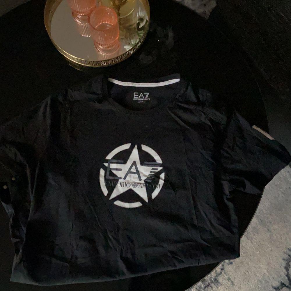 Armani T-shirt herr sparsamt använd.. T-shirts.