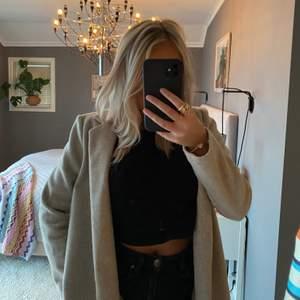 Supersnygg beige kappa från Zara i storlek S. 💕💕 buda !!