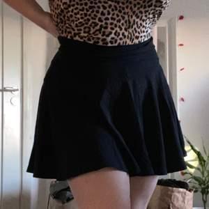 Jättefin svart kjol från hm