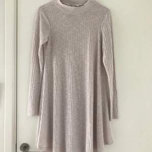 Storlek s på klänningen från nly trend. Använd i bra skick. 100 kr ink frakt.