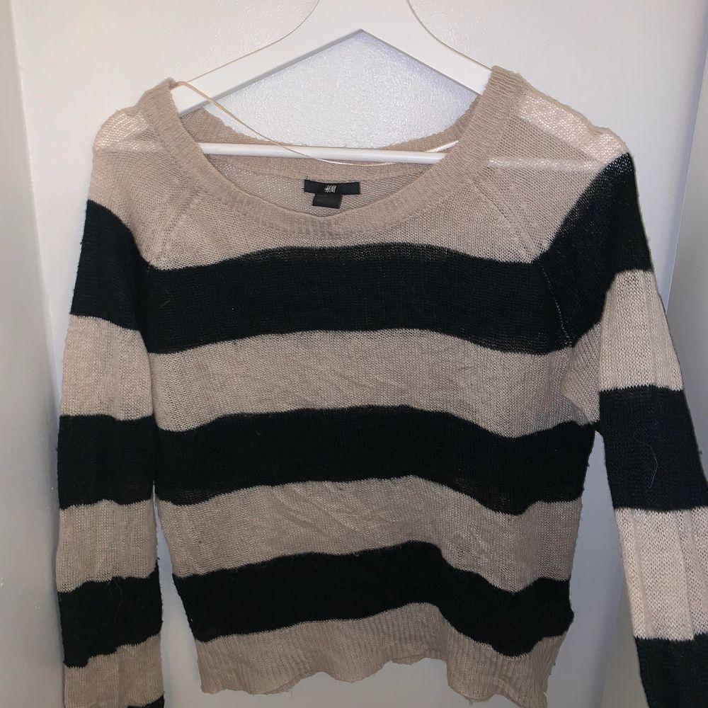 En lite äldre stickad tröja som bara har legat i min garderob hur länge som helst, skicket är bra och endast använd ett fåtal gånger. Stickat.