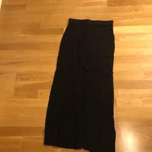 Kjol från H&M i stl S. Svar med slits. Använd men bra skick.