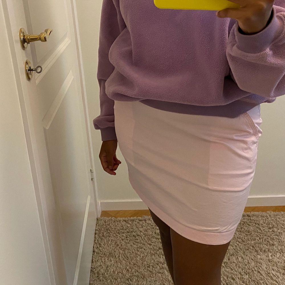 Jättefin ljusrosa kjol som passar S/M💖. Kjolar.