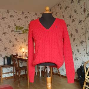 Denna stickade ralph Lauren tröja säljes då den inte längre används. Passar S och M trots att den är XL. Väldigt fint skick! Det är en rödare färg än den som visas på bilderna.