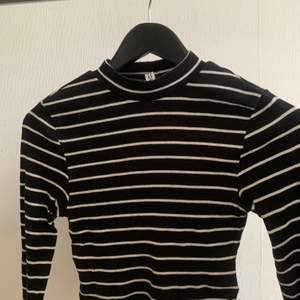 Svart/vit randig polo tröja från h&m i stl xs