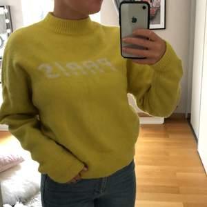 """Super trendig gul stickad tröja med texten """"Paris"""" på, bra skick"""