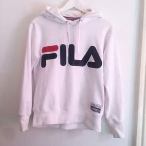 Säljer en vit Fila-hoodie i stl XS. Den är i fint skick och knappt använd. Köparen står för frakten. (59:-)