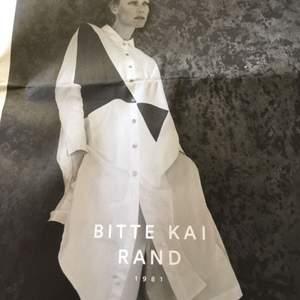 Sjukt cool skjorta från Bitte Kai Rand  Använd vid tre tillfällen. Inköpt för typ 1600kr Säljes för 500 eller till högst bjudande. Byxor finns till och säljes separat för samma pris.  S (XS)
