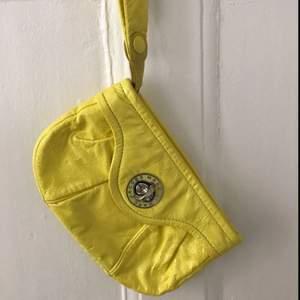 Säljer en gul clutch väska från Marc Jacobs.