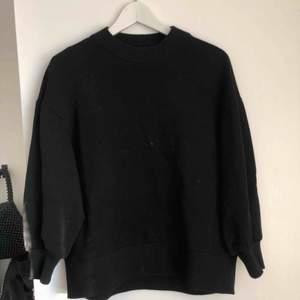 Vanlig svart sweatshirt från Asos i storlek 36! Använd men fortfarande i bra skick. Köparen står för frakten