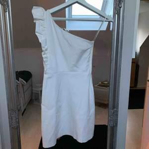 Vit studentklänning i fint skick från Zara. Storlek XS.  Kan skickas mot frakt, via posten 55:-