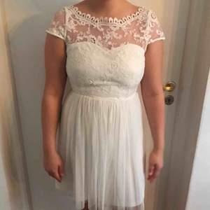 Fin vit klänning, passar perfekt till skolavslutning eller student. Endast använd en gång