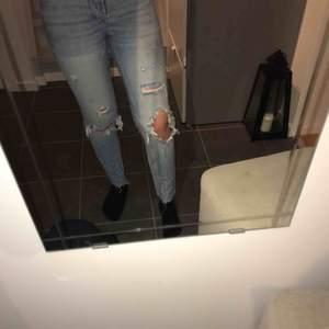 Ett par blåa jeans från Zara med hål på båda knäna. Inte använda så mycket💖 Skriv gärna om du har några frågor! Pris kan diskuteras!!