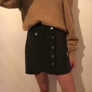 Super fin kjol från någon affär i Spanien, knappt använd och säljs därför vidare. Frakt tillkommer om ej möte i Kalmar