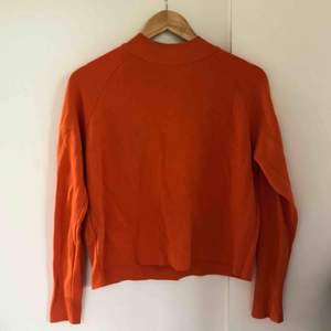 Superfin orange tröja från Mango. Storlek S. Tunt tunt stickat.