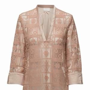Day et Mikkelsen Sunny blouse, transparent bakdel.  Aldrig använd, nypris 2500